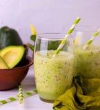 Batido verde com abacate, espinafres e aipo Alimento saudável Fotografia de Stock Royalty Free
