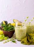 Batido verde com abacate, espinafres e aipo Alimento saudável Imagens de Stock