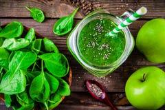 Batido verde com as sementes dos espinafres, da maçã e do chia em um fundo de madeira Vista superior Imagens de Stock Royalty Free
