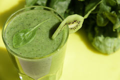 Batido verde com espinafres e quivi Fotografia de Stock