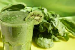 Batido verde com espinafres e quivi Imagens de Stock Royalty Free