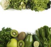 Batido verde com frutas e legumes no fundo branco Imagem de Stock