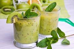 Batido verde com hortelã e frutos no fundo de madeira Fotos de Stock Royalty Free