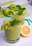 Batido verde com hortelã e frutos no fundo de madeira Imagens de Stock Royalty Free