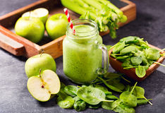 Batido verde do suco com espinafres, maçã e aipo Fotografia de Stock Royalty Free