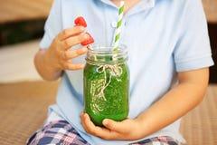 Batido verde dos espinafres como a bebida saudável do verão fotografia de stock