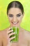 Batido verde dos vegetais da mulher Imagens de Stock Royalty Free