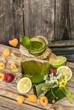 batido verde em um frasco com cal, quivi e baga Imagens de Stock