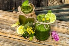 batido verde em um frasco com cal, quivi e baga Imagem de Stock Royalty Free