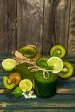 batido verde em um frasco com cal, quivi e baga Imagens de Stock Royalty Free