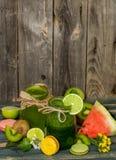 batido verde em um frasco com cal, quivi e baga Imagem de Stock