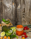 batido verde em um frasco com cal, quivi e baga Fotos de Stock