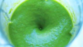 Batido verde em um misturador video estoque