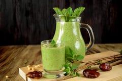 Batido verde em um vidro e em um jarro Fotografia de Stock