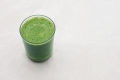 Batido verde em um vidro no fundo branco Foto de Stock Royalty Free