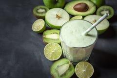 Batido verde em uns frutos de vidro e frescos Bebida da desintoxicação fotos de stock royalty free