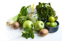 Batido verde, maçã, paprika, cal, alface, aipo isolado Fotografia de Stock