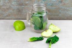 Batido verde no frasco de vidro com os vegetais verdes orgânicos frescos Imagem de Stock Royalty Free