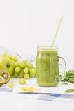 Batido verde no frasco de vidro feito das maçãs, do aipo, das uvas, dos espinafres e do quivi Imagem de Stock
