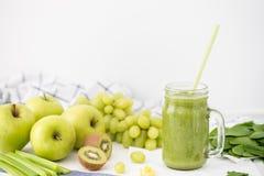 Batido verde no frasco de vidro feito das maçãs, do aipo, das uvas, dos espinafres e do quivi Foto de Stock