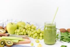 Batido verde no frasco de vidro feito das maçãs, do aipo, das uvas, dos espinafres e do quivi Foto de Stock Royalty Free