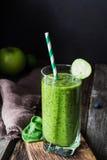 Batido verde no vidro Bebida saudável da dieta da desintoxicação do vegetariano Fotografia de Stock Royalty Free