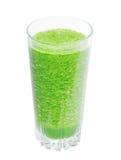 Batido verde no vidro isolado no fundo branco com trajeto de grampeamento Imagem de Stock