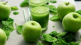 Batido verde nos vidros e nos ingredientes video estoque