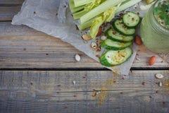 Batido verde orgânico fresco com pepino, salsa e aipo Imagens de Stock Royalty Free