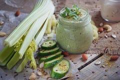 Batido verde orgânico fresco com pepino, salsa e aipo Foto de Stock Royalty Free