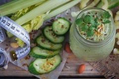 Batido verde orgânico fresco com pepino, salsa e aipo Imagens de Stock
