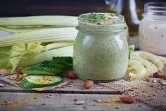 Batido verde orgânico fresco com pepino, salsa e aipo Fotos de Stock