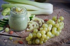 Batido verde orgânico fresco com pepino, salsa, uvas e aipo Imagens de Stock Royalty Free
