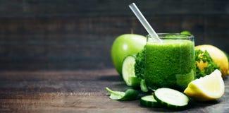 Batido verde orgânico fresco - desintoxicação, dieta e alimento saudável concentrados Fotografia de Stock