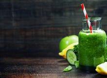 Batido verde orgânico fresco - desintoxicação, dieta e alimento saudável concentrados Imagem de Stock Royalty Free