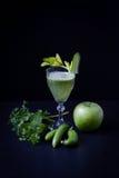 Batido verde, pepinos, hortelã, maçã, aipo Imagens de Stock