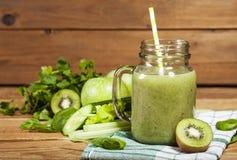 Batido verde recentemente misturado no frasco de vidro com palha Fundo de madeira Imagem de Stock Royalty Free