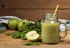Batido verde recentemente misturado no frasco de vidro com palha Fundo de madeira Foto de Stock Royalty Free
