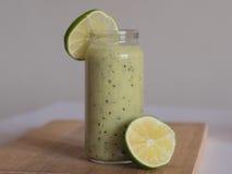 Batido verde saudável com espinafres e cal Fotos de Stock