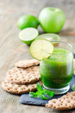 Batido verde saudável com ingredientes, bebida da desintoxicação Imagens de Stock