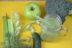 Batido verde saudável da desintoxicação no frasco de pedreiro com ingredientes: espinafres, aipo, pepino, alface, gengibre, erva- Foto de Stock Royalty Free