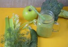 Batido verde saudável da desintoxicação no frasco de pedreiro com ingredientes: espinafres, aipo, pepino, alface, gengibre, erva- Fotografia de Stock Royalty Free