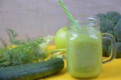 Batido verde saudável da desintoxicação no frasco de pedreiro com ingredientes: espinafres, aipo, pepino, alface, gengibre, erva- Imagens de Stock