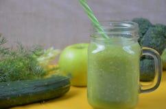 Batido verde saudável da desintoxicação no frasco de pedreiro com ingredientes: espinafres, aipo, pepino, alface, gengibre, erva- Fotografia de Stock