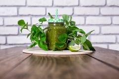 Batido verde saudável dos espinafres no frasco na tabela de madeira, foco seletivo Imagem de Stock