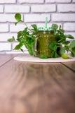 Batido verde saudável dos espinafres no frasco na tabela de madeira, foco seletivo Imagens de Stock Royalty Free