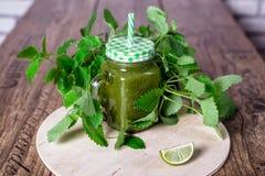 Batido verde saudável dos espinafres no frasco na tabela de madeira, foco seletivo Vista superior Imagens de Stock Royalty Free
