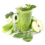 Batido verde saudável em um vidro dos espinafres Fotos de Stock Royalty Free