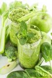 Batido verde saudável em um vidro dos espinafres Foto de Stock Royalty Free