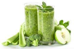 Batido verde saudável em um vidro dos espinafres Fotografia de Stock